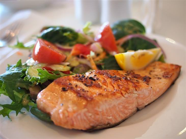 מזונות שכדאי לצרוך יותר ככל שעוברות השנים: צלחת עם גד סלמון צלוי וסלט