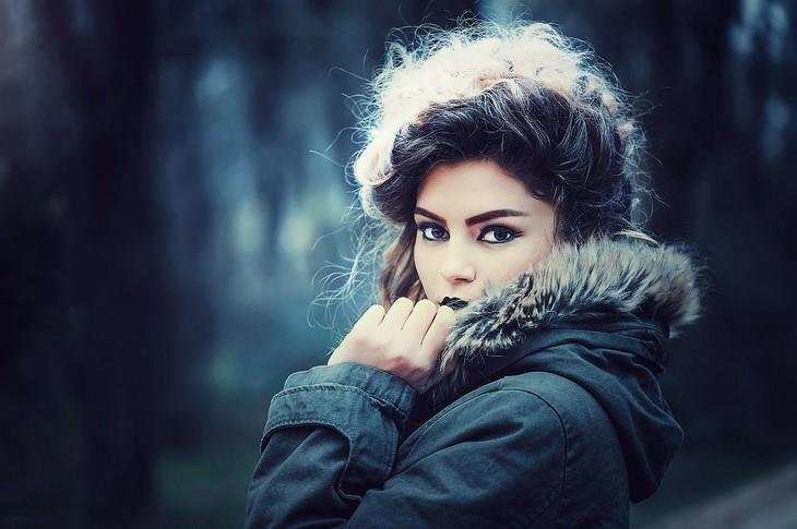 איך למשוך אליכם אנשים במהרה: אישה על מעיל מביטה למצלמה