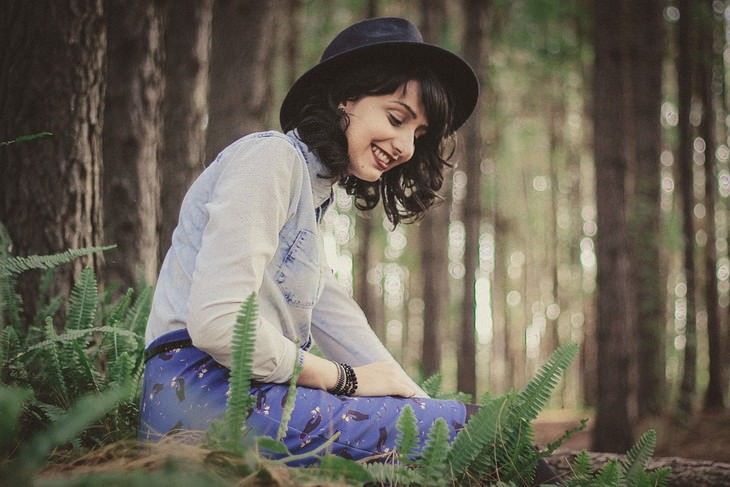 איך למשוך אליכם אנשים במהרה: אישה מחייכת בטבע