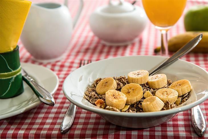 מזונות שכדאי לצרוך יותר ככל שעוברות השנים: מנת שיבולת שועל עם חתיכות בננה
