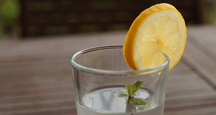 הרגלים מומלצים ובריאים: כוס מים עם חתיכת לימון עליה