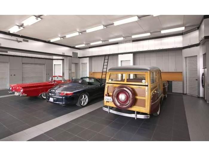 מכוניות הפאר יפות, אבל לא כמו המוסך שמטפל בהן