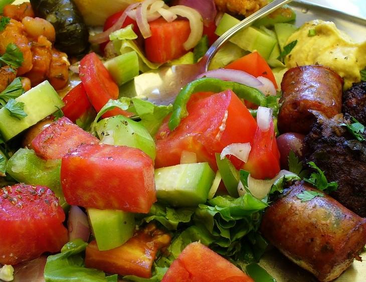 מתכון לסלט ירקות עם נקניק