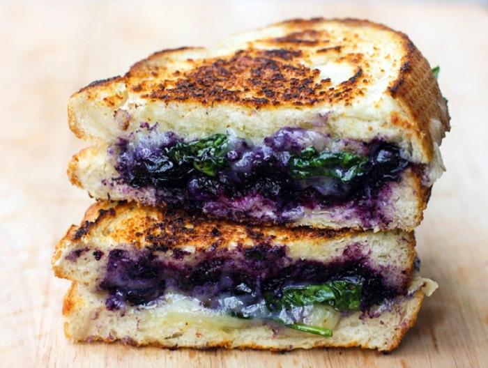מתכון לטוסט גבינת עיזים ואוכמניות