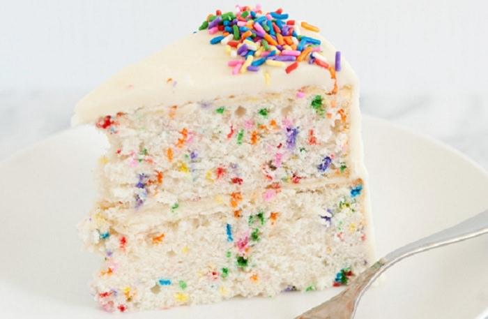 מתכון לעוגת יום הולדת מיוחדת עם סוכריות צבעוניות