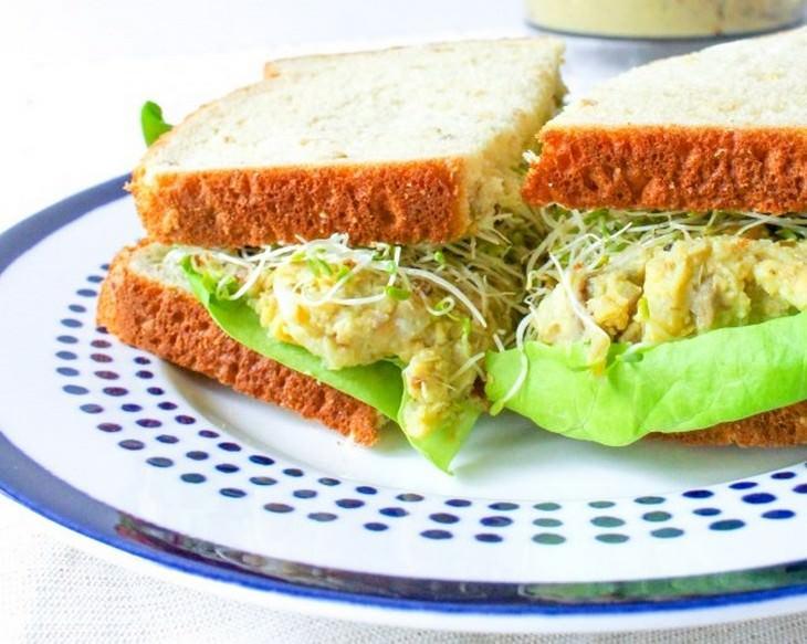 מתכון לכריך חומוס-אבוקדו עם גבינת עיזים