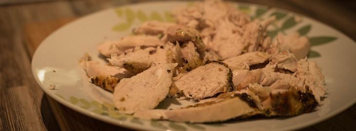 בשר עוף חתוך על צלחת