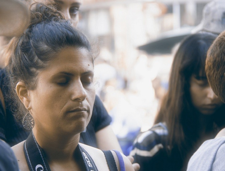 אישה לוקחת נשימה עמוקה ברחוב