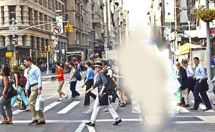 תמונה של אנשים ברחוב עם טשטוש באמצע