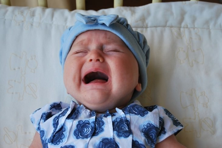 תינוקת בוכה בעריסה