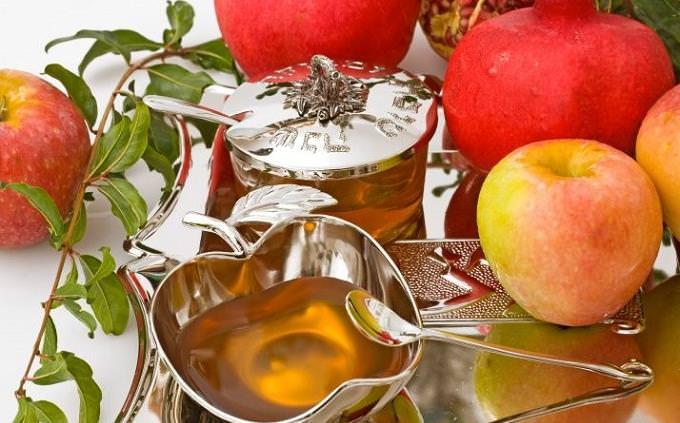 תפוחים, רימונים וצלחת דבש